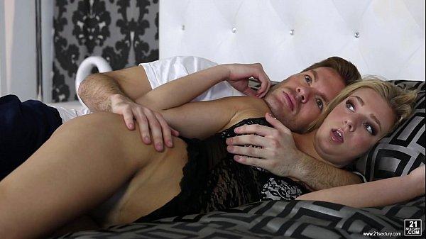 Hij steekt zijn pik in de kont van zijn vriendin